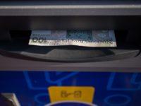 jak wypłacić pieniądze z bankomatu?